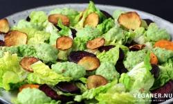 Veganer.nu-bagt rodfrugtssalat med grov ærtepure og jordskokkechips