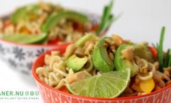 Veganer.nu-thai-nudelsalat med grønt, peanuts og sesam-ingefærdressing