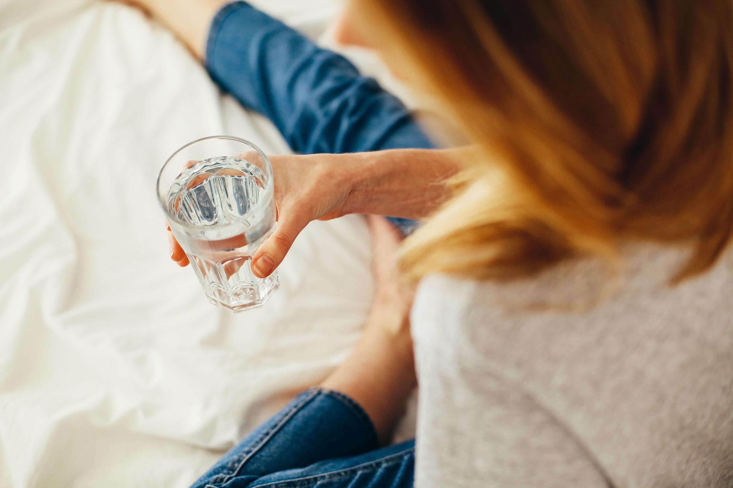 omvendt-osmose-dame-drikker-vand-veganer.nu